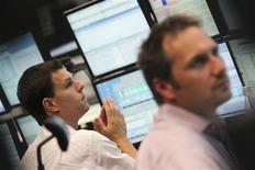 Трейдеры следят за ходом торгов на бирже во Франкфурте-на-Майне, 24 августа 2011 года. Европейские акции снижаются в четверг, прервав трехдневное ралли, при этом горнорудные компании падают из-за удешевления меди, вызванного сокращением экспортных заказов в Китае. REUTERS/Alex Domanski