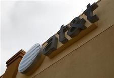 <p>Des sources proches du dossier ont rapporté qu'AT&T devrait prochainement proposer aux instances américaines de régulation une solution lui permettant peut-être de procéder au rachat de T-Mobile USA. /Photo d'archives/REUTERS/Rick Wilking</p>