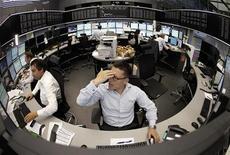 Трейдеры работают в торговом зале биржи во Франкфурте-на-Майне, 19 августа 2011 года. Европейские рынки акций открылись снижением котировок более чем на 1 процент вслед за закрытием в красной зоне Уолл-стрит и Азии на фоне опасений о том, что пятничные данные о рынке труда США подчеркнут близость крупнейшей экономики мира к новой рецессии. REUTERS/Alex Domanski