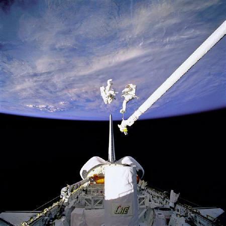 9月1日、全米研究評議会(NRC)は、地球の軌道上にある「宇宙ごみ」の量が限界に達していると発表。写真は船外活動を行う宇宙飛行士。1994年9月撮影。NASA提供(2011年 ロイター)