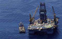 Нефтяная платформа на месторождении в Мексиканском заливе, 27 мая 2010 года. Нефтяные компании, работающие в Мексиканском заливе, закрывают платформы и эвакуируют рабочих, готовясь к шторму, который в выходные может вызвать наводнение в Луизиане. REUTERS/Dan Anderson