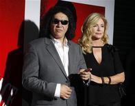 """Gene Simmons, da banda Kiss, e a atriz Shannon Tweed no lançamento em Blu-ray do filme """"Scarface"""", clássico de 1983. O vocalista do Kiss vai se casar em 1o de outubro em Los Angeles com a ex-modelo, sua namorada há 28 anos, disse um representante dele na quinta-feira. 23/08/2011 REUTERS/Fred Prouser"""