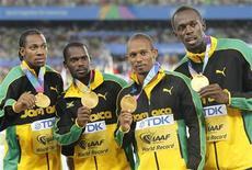 O time da Jamaica, de Usain Boll, Yohan Blake, Michael Frater e Nesta Carter (da esquerda para a direita) leva a medalha de ouro em cerimônia de premiação do revezamento 4x100 metros na corrida final do 13o Campeonato Mundial de Atletismo, em Daegu. 04/09/2011 REUTERS/Lee Jae-Won