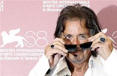 """O ator e diretor Al Pacino posa durante a sessão de fotos no 68o Festival de Filmes de Veneza, por seu filme """"Wilde Salomé"""". Pacino recebeu o Jaeger Lecoultre Glory pelo Prêmio de Melhor Cineasta em cerimônia de gala. 04/09/2011 REUTERS/Alessandro Bianchi"""