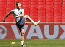 Jack Wilshere se aquece para treino no estádio de Wembley. Wilshere, do Arsenal, estará fora de ação por pelo menos dois meses devido a uma lesão no tornozelo, disse o jogador da seleção inglesa neste domingo. 03/07/2011 REUTERS/Andrew Winning