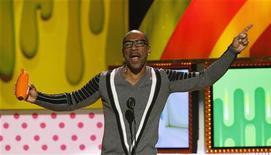 O ator Eddie Murphy recebendo prêmio de Voz Favorita na anual premiação do Nickelodeon Kid's Choice, em Los Angeles. Murphy está na lista dos produtores para apresentar a cerimônia do Oscar, em fevereiro, segundo o site de showbusiness, Deadline. 02/04/2011 REUTERS/Mario Anzuoni