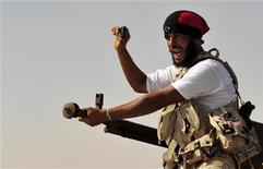 Противник Муаммара Каддафи в 450 километрах к западу от Бенгази, 4 сентября 2011 года. Силы Национального переходного совета (НПС) Ливии не смогли договориться с лояльными Муаммару Каддафи войсками, удерживающими город Бени-Валид, и теперь готовятся к штурму одного из последних бастионов свергнутого режима. REUTERS/Esam Al-Fetori