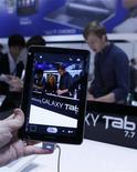 Мужчина держит планшетный ПК Samsung Galaxy Tab 7.7 на выставке в Берлине, 1 сентября 2011 года. Samsung Electronics Co прекратила продвижение своего нового планшетного компьютера на крупнейшей европейской ярмарке электроники после того, как суд Германии запретил продажи устройства. REUTERS/Thomas Peter