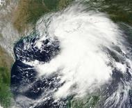 """Спутниковый снимок, показывающий движение тропического шторма """"Ли"""" по Мексиканскому заливу, 2 сентября 2011 года. Более 60 процентов нефтедобывающих мощностей в Мексиканском заливе не работали в воскресенье из-за тропического шторма """"Ли"""". REUTERS/NASA/Handout"""