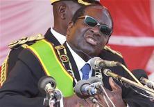 Президент Зимбабве Роберт Мугабе выступает на митинге своих сторонников в Хараре, 8 августа 2011 года. У главы Зимбабве Роберта Мугабе диагностирован рак простаты, затронувший другие органы, и врачи советуют президенту оставить пост, сообщил сайт WikiLeaks со ссылкой на американскую дипломатическую депешу, датированную июнем 2008 года. REUTERS/Philimon Bulawayo