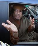 Ливийский лидер Муаммар Каддафи в машине в укрепленном районе Баб аль-Азизия в Триполи 10 апреля 2011 года. Кавалькада машин ливийских вооруженных сил пересекла проходящую по пустыне границу с Нигером. По мнению некоторых источников во Франции и Нигере, это может быть попыткой свергнутого лидера Джамахирии Муаммара Каддафи найти пристанище в союзных странах Африки. REUTERS/Louafi Larbi/Files