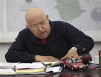 Президент Венесуэлы Уго Чавес играет с моделями автомобилей на встрече в Каракасе, 25 августа 2011 года. Президент Венесуэлы Уго Чавес предпринял новую попытку вдохнуть жизнь в идеи социализма, посулив электорату сравнительно недорогие автомашины на базе китайских разработок.   REUTERS/Miraflores Palace/Handout