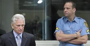 Cербский военачальник Момчило Перишич (слева) во время оглашения приговора в здании суда в Гааге, 6 сентября 2011 года.  Гаагский трибунал признал видного сербского военачальника Момчило Перишича виновным в убийствах, преследовании и нападениях на мирное население во время войн в Боснии и Хорватии в 1990-х годах и приговорил его к 27-летнему тюремному сроку. REUTERS/Peter Dejong/Pool