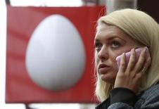 Женщина разговаривает по мобильному телефону около офиса компании МТС в Москве, 5 апреля 2011 года. Крупнейший сотовый оператор России МТС увеличил прибыль во втором квартале 2011 года на 2,6 процента по сравнению с прошлым годом и снизил прогноз рентабельности по OIBDA в связи с риском усиления конкурентной борьбы. REUTERS/Sergei Karpukhin