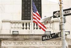 Здание фондовой биржи на Уолл-стрит в Нью-Йорке, 19 сентября 2008 года. Уолл-стрит открылась резким снижением во вторник на фоне вновь возникших опасений углубления долгового кризиса еврозоны и возвращения рецессии в США. REUTERS/Lucas Jackson