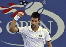 Novak Djokovic comemora vitória contra Alexandr Dolgopolov, em partida do Aberto dos EUA em Nova York. 05/09/2011    REUTERS/Ray Stubblebine