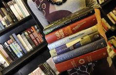 Женщина держит книги из шорт-листа Букеровской премии в Лондоне, 5 октября 2009 года. Английский писатель Джулиан Барнс стал одним из шести авторов, вошедших в шорт-лист Букеровской премии, и наиболее вероятным претендентом на получение престижной литературной награды. REUTERS/Toby Melville
