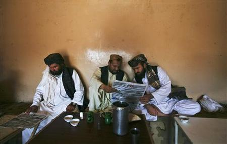 Pashtun men read local newspapers reporting the arrest of senior al Qaeda leader Younis al- Mauritani at roadside tea shop in Quetta September 6, 2011. REUTERS/Naseer Ahmed