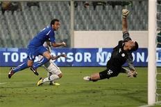 Giampaolo Pazzini, da Itália, marca gol contra a Eslovênia durante partida de classificação para a Eurocopa de 2012 em Florença, Itália. 06/09/2011 REUTERS/Giampiero Sposito