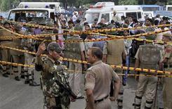 Полиция изучает место взрыва около здания Верховного суда в Дели, 7 сентября 2011 года. Мощный взрыв возле здания Верховного суда в Дели унес жизни девяти человек, 45 человек получили ранения, сообщил министр внутренних дел Индии телеканалу CNN-IBN. REUTERS/B Mathur