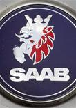 """Выцветший логотип Saab на автомобиле в Цюрихе, 24 июня 2010 года. Убыточный шведский автопроизводитель Saab обратился в местный суд за защитой от банкротства, стремясь выиграть время для """"добровольной реорганизации"""" и успеть получить новые инвестиции от двух китайских компаний. REUTERS/Arnd Wiegmann"""