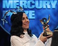 Певица Пи Джей Харви на вручении награды Mercury Prize 2011 в Лондоне, 6 сентября 2011 года. Английский музыкант Пи Джей Харви во вторник получила награду 2011 Barclaycard Mercury Prize за лучший альбом и стала первым артистом, получившим приз дважды за всю 20-летнюю историю премии, сказали организаторы. REUTERS/Luke MacGregor