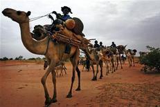 Караван туарегов на юге Нигера 4 июля 2005 года. Взяв автомат Калашникова и $1.000 платы за первый месяц службы, туарег Аджали Гисса считал, что будет защищать ливийского диктатора Муаммара Каддафи от плохо вооруженных повстанцев. REUTERS/Finbarr O'Reilly/Files