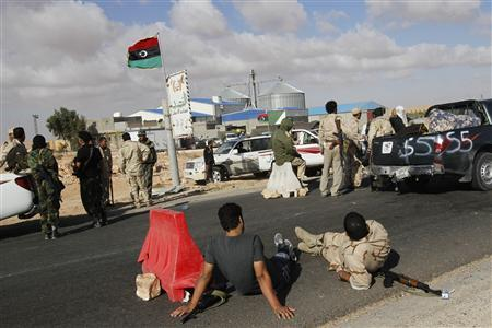 Anti-Gaddafi fighters prepare to advance on the Libyan besieged town of Bani Walid after clashing with Gaddafi's gunmen on the outskirts of the city September 8, 2011. REUTERS/Youssef Boudlal