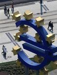 Знак евро возле штаб-квартиры Европейского центрального банка во Франкфурте-на-Майне, 4 августа 2011 года. Европейский центральный банк в четверг сохранил ключевую ставку рефинансирования на уровне 1,50 процента годовых, как и ожидало большинство аналитиков. REUTERS/Ralph Orlowski
