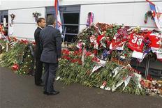 """Президент России Дмитрий Медведев (слева) и его турецкий коллега Абдулла Гюль возлагают цветы возле хоккейной арены в Ярославле в память о жертвах авиакатастрофы, 8 сентября 2011 года. Пассажирский самолет Як-42 авиакомпании Як- Сервис, выполнявший чартерный рейс из Ярославля в Минск, разбился при взлете в среду вечером, в результате чего погибли 43 человека, в основном хоккеисты ярославского """"Локомотива"""". REUTERS/Dmitry Astakhov/RIA Novosti/Kremlin"""