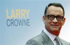 """O ator Tom Hanks posa para foto na pré-estreia de seu filme """"Larry Crowne"""", em Berlim. 09/06/2011 REUTERS/Thomas Peter"""