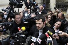 O advogado Aurelien Hamelle (C), que representa o estilista John Galliano, fala à imprensa após o veredito do julgamento por conta de declarações antissemitas que fez ano passado. O tribunal francês impôs uma multa de 6.000 euros ao estilista, nesta quinta-feira, em Paris. 08/09/2011 REUTERS/Charles Platiau
