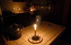 Женщина зажигает свечи в своем доме в Тихуане, 8 сентября 2011 года. Более миллиона людей остались без электричества в южной части Калифорнии и в некоторых районах Аризоны и Мексики в четверг в результате массового отключения электроэнергии из-за человеческой ошибки. REUTERS/Jorge Duenes