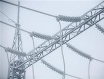 Высоковольтные линии электропередачи в Красноярске, 12 декабря 2010 года. Российская генерирующая компания ОГК-3, принадлежащая госхолдингу ИнтерРАО, получила 1,6 миллиарда рублей чистой прибыли по международным стандартам отчетности против убытка годом ранее, сообщила ее пресс-служба. REUTERS/Ilya Naymushin