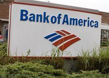 Логотип Bank of America у отделения банка в Виргинии 16 октября 2009 года. Руководители Bank of America Corp обсудят сокращение примерно 40.000 рабочих мест в течение первой волны реструктуризации, сообщила газета Wall Street Journal со ссылкой на источники, знакомые с этими планами. REUTERS/Larry Downing