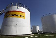 Спасатели МЧС участвуют в учениях по ликвидации огня в нефтехранилищах в Светлограде, 14 апреля 2011 года. Россия планирует приватизировать пакеты пяти крупных компаний в 2012 году и получить более $10 миллиардов, из которых львиную долю принесет продажа 15-процентного пакета Роснефти, за который правительство хочет выручить не менее $7 миллиардов, сказал в пятницу чиновник Минэкономразвития. REUTERS/Eduard Korniyenko