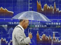 Мужчина проходит мимо табло с котировками японской иены в Токио 5 сентября 2011 года. Фондовые рынки Азии закрылись в пятницу снижением котировок, так как план президента США Барака Обамы подстегнуть экономику не смог улучшить аппетит инвесторов к рисковым активам. REUTERS/Yuriko Nakao