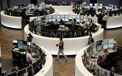 Трейдеры на торгах фондовой биржи во Франкфурте-на-Майне 9 сентября 2011 года. Европейские рынки акций завершили торги пятницы обвалом котировок, опасаясь, что план президента США Барака Обамы поднять занятость в крупнейшей экономике мира застрянет в Конгрессе. REUTERS/Remote/Pawel Kopczynski