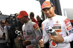 Lewis Hamilton da McLaren sorri depois da segunda sessão do treino livre para o Grande Prêmio da Itália. 09/09/2011 REUTERS/Giorgio Perottino