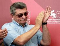 """O diretor russo Alexander Sokurov aplaude durante sessão de fotos para seu filme """"Fausto"""", no 68o Festival de Cinema de Veneza. 08/09/2011 REUTERS/Eric Gaillard"""