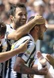 Simone Pepe (à dir.) comemora depois de marcar contra o Parma durante partida pela série A do campeonato italiano, no estádio da Juventus, em Turim. 11/09/011 REUTERS/Paolo Bona