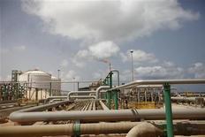 Нефтегазовый завод в 80 километрах к западу от Триполи, 6 сентября 2011 года. Ливия возобновила добычу нефти, сообщил премьер-министр переходного правительства Махмуд Джибриль, пообещав увеличить добычу в ближайшем будущем. REUTERS/Zohra Bensemra