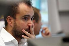 Трейдер следит за торгами во Франкфурте-на-Майне, 12 сентября 2011 года. Европейские рынки акций опустились до минимума 26 месяцев на фоне усиления слухов о возможном дефолте Греции и страхов инвесторов о том, что лидеры еврозоны не в состоянии найти определенного метода борьбы с долговым кризисом в регионе.  REUTERS/Alex Domanski
