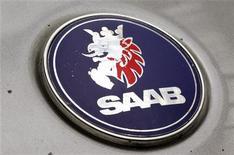 Выцветший логотип компании Saab на автомобиле в Цюрихе, 24 июня 2010 года. Испытывающий финансовые трудности шведский автопроизводитель Saab сообщил в понедельник о получении 70 миллионов евро в виде бридж-финансирования под гарантии китайских инвесторов.    REUTERS/Arnd Wiegmann