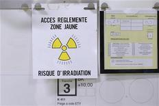 """Предупреждающий знак на ядерном заводе в департаменте Дром на юго-востоке Франции, 20 апреля 2011 года. Взрыв печи для расплавления ядерных отходов произошел в атомном центре """"Маркуль"""" во Франции в понедельник днем, унеся жизнь одного человека и ранив четверых. Утечки радиоактивных веществ не произошло, сообщило атомное агентство ASN. REUTERS/Benoit Tessier"""