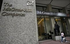 Женщина проходит мимо входа в офис компании McGraw-Hill Companies в Нью-Йорке, 15 августа 2008 года. Группа McGraw-Hill Companies Inc объявила о своем разделе на две независимые компании в понедельник, стремясь удовлетворить пожелания инвесторов.  REUTERS/Brendan McDermid