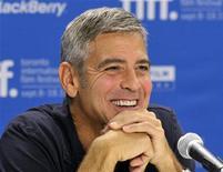 """Actor George Clooney sorri durante coletiva de imprensa para o filme """"The Descendants"""" no Festival de Toronto. Embora diga que ser ator é apenas um """"trabalho durante o dia"""", Clooney está conquistando crítica e público no Festival de Toronto com a sua sutil atuação como um pai de família obrigado a repensar a vida após sua mulher sofrer um grave acidente. 10/09/2011  REUTERS/Mike Cassese"""