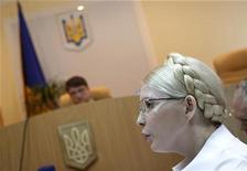 Экс-премьер Украины Юлия Тимошенко в суде в Киеве 25 июня 2011 года. Суд над бывшим премьер-министром Украины Юлией Тимошенко был неожиданно приостановлен на две недели в понедельник, после того как США и Евросоюз выразили президенту Виктору Януковичу озабоченность преследованием лидера оппозиции. REUTERS/Gleb Garanich