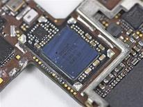 <p>Le fabricant de puces électroniques Broadcom prévoit de racheter NetLogic Microsystems pour 3,7 milliards de dollars (2,7 milliards d'euros), afin de développer sa gamme de puces pour réseaux sans fil. /Photo d'archives/REUTERS/iFixit/Handout</p>
