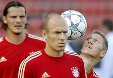 Bastian Schweinsteiger (dir), Arjen Robben (centro) e Daniel van Buyten do Bayern de Munique durante treino em Zurique. Robben vai perder o jogo do Grupo A da Liga dos Campeões do Bayern de Munique contra o Villarreal da Espanha na quarta-feira porque ele ainda não se recuperou de uma lesão na virilha, disse o clube na segunda-feira. 22/08/2011  REUTERS/Arnd Wiegmann